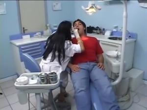 Mirela dentista dando o c