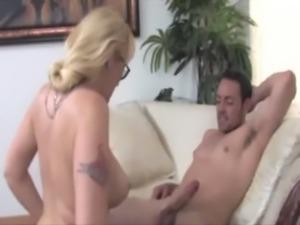 Mature slut is giving a tugjob free