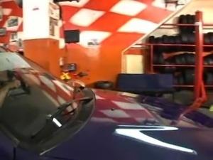 Bruna bangs the mechanic