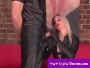Patroa vagabunda huimilha seu escravo exitado - uma loira muito gostosa free