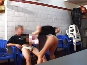 Fudendo a Puta No Bar
