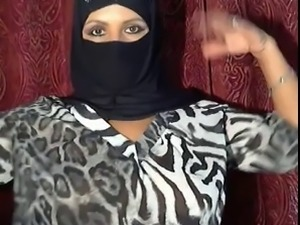 arabian hijab girl shows herself on cam