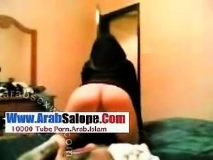Shy Arabian Covered In Niqab Teasing