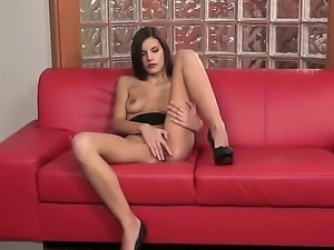 Enjoy hot solo performance by juicy brunette babe Candice Luca