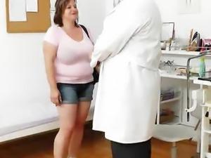 Curvy mamma brunette gets a gyno