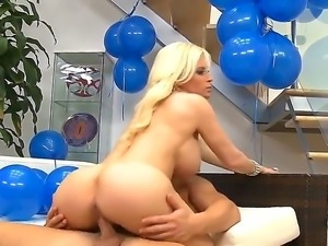 Enjoy flamboyant luxurious blonde chick Diamond Foxxx apeasing lucky Seth Gamble