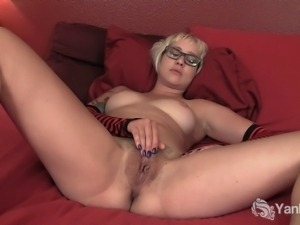 Short haired amateur babe in  glasses Vi masturbating her fuckable snatch