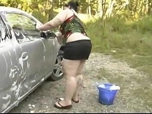 Plumpy cleans her Heavy breasts at carwash