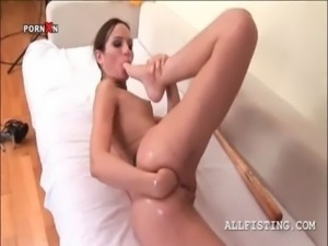 Naked hottie fist fucking her tight ass hole in close-up free