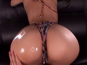 Sexy Kokomi Sakura showcasing her oiled booty