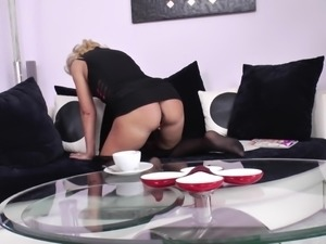 Curvy mature blonde taking tea before pussy fingering