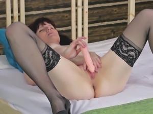 Mature babe displaying her nice ass while enjoying toy