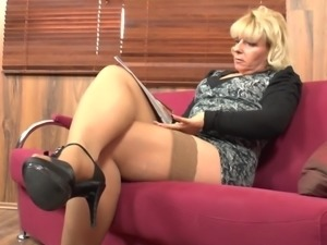 Experienced blonde chick spreads legs on the couch and masturbates