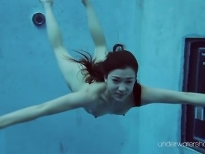 Teen in bikini displaying her nice ass underwater seductively